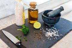 Zurechtmachen von Salaten Stockfoto