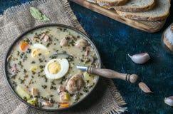 Zurek - polsk easter soppa med ägg och den vita korven royaltyfri fotografi