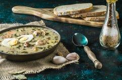 Zurek - polsk easter soppa med ägg och den vita korven arkivfoto