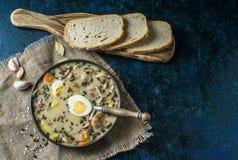 Zurek - polsk easter soppa med ägg och den vita korven royaltyfri foto