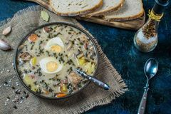Zurek - polsk easter soppa med ägg och den vita korven arkivfoton
