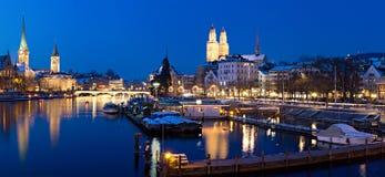 Zurich à la vue de fleuve de nuit Images stock