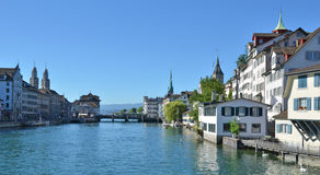 Zurich śródmieście przez Limmat Zdjęcie Royalty Free