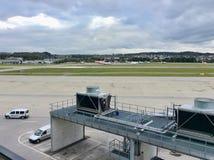 Zurich-aéroport, Suisse, avion volant au crépuscule de soirée Photographie stock libre de droits