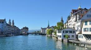 Zurich céntrica a través de Limmat Foto de archivo libre de regalías