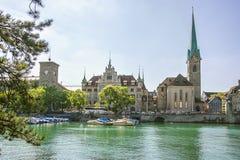 Zurich centrum och Fraumunster domkyrka, Schweiz Arkivbild