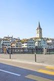 Zurich centrum och kaj av Limmat i sommartid, Schweiz Royaltyfri Bild