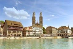 Zurich cityscape med den stora domkyrkakyrkan Grossmunster, Zuric royaltyfri bild