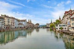 Zurich du centre, Limmatquai avec l'église de Grossmunster, de Fraumunster et de St Peter photo stock
