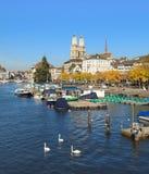 Zurich, el río de Limmat y la gran iglesia de monasterio Imágenes de archivo libres de regalías