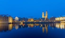 Zurich et la rivière de Limmat la nuit Photos libres de droits
