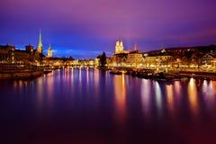 Zurich horisont och den Limmat floden på natten Arkivbilder