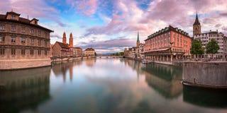 Zurich horisont och Limmat flod i aftonen, Zurich, Switzerl Arkivbild