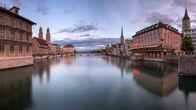 Zurich horisont och Limmat flod i aftonen, Zurich, Switzerl Royaltyfria Bilder