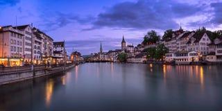 Zurich horisont och Limmat flod i aftonen, Zurich, Switzerl Royaltyfri Foto