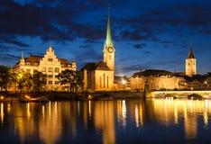 Zurich horisont på natten, Schweiz Arkivbild