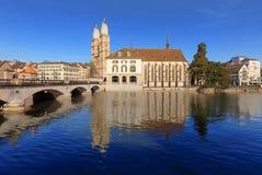 Zurich, la iglesia del agua y la gran iglesia de monasterio Foto de archivo libre de regalías