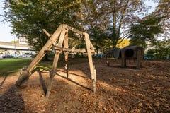 Zurich lekplats med träGirafe och elefantstrukturer fotografering för bildbyråer