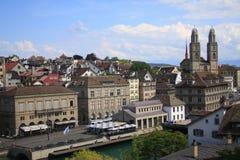 Zurich miasta widok na jaskrawym słonecznym dniu Fotografia Stock