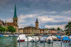 Zurich mitt på den Limmat floden Royaltyfria Foton