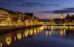 Zurich på banker av den Limmat floden på vinteraftonen Arkivbilder