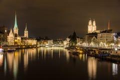 Zurich på banker av den Limmat floden på vinteraftonen Arkivbild