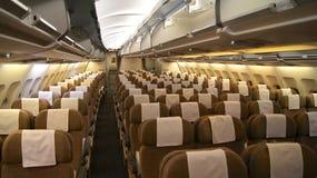 ZURICH SCHWEIZ - FÖRDÄRVA 31st, 2015: En tom ekonomiklasskabin, en insidasikt på en flygbuss A330 från SCHWEIZISKA flygbolag arkivfoton