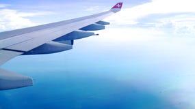 ZURICH SCHWEIZ - FÖRDÄRVA 31st, 2015: Wing View av ett flygplan under molnig blå indigoblå himmel Royaltyfri Fotografi