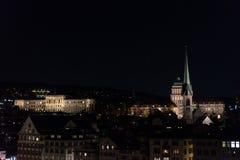 Zurich Schweiz historiskt centrum vid natt med ljus Arkivfoton