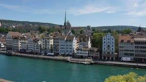 ZURICH SCHWEIZ - JULI 04, 2017: Sikt av det historiska Zurich centret, den Limmat floden och Zurich sjön, Schweiz Zurich är ett l Royaltyfri Foto