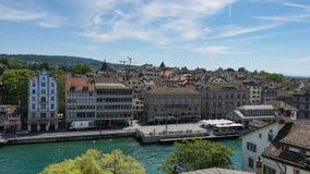 ZURICH SCHWEIZ - JULI 04, 2017: Sikt av det historiska Zurich centret, den Limmat floden och Zurich sjön, Schweiz Zurich är ett l Arkivfoton
