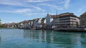 ZURICH SCHWEIZ - JULI 04, 2017: Sikt av det historiska Zurich centret, den Limmat floden och Zurich sjön, Schweiz Zurich är ett l Royaltyfria Bilder