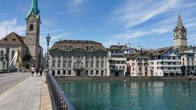 ZURICH SCHWEIZ - JULI 04, 2017: Sikt av det historiska Zurich centret, den Limmat floden och Zurich sjön, Schweiz Zurich är ett l Arkivbilder