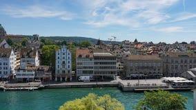 ZURICH SCHWEIZ - JULI 04, 2017: Sikt av det historiska Zurich centret, den Limmat floden och Zurich sjön, Schweiz Zurich är ett l Arkivbild