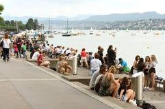 Zurich Schweiz - Juni 03, 2017: Folk på kajsjön Zurich Royaltyfri Foto