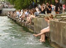 Zurich Schweiz - Juni 03, 2017: Folk på kajsjön Zurich Fotografering för Bildbyråer
