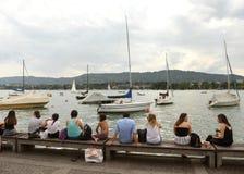 Zurich Schweiz - Juni 03, 2017: Folk på kajsjön Zurich Royaltyfri Bild