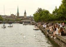 Zurich Schweiz - Juni 03, 2017: Folk på Zurich sjöprome Arkivbilder