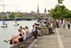 Zurich Schweiz - Juni 03, 2017: Folk på Zurich sjöprome Royaltyfria Bilder