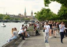 Zurich Schweiz - Juni 03, 2017: Folk på Zurich sjöprome Arkivfoto