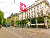 Zurich Schweiz - Maj 02, 2017: Centret av Zurich, Schweiz Folk på bakgrunden Arkivbilder