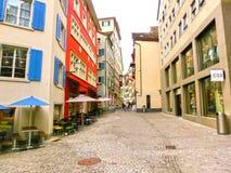 Zurich Schweiz - Maj 02, 2017: Centret av Zurich, Schweiz Folk på bakgrunden Royaltyfria Bilder