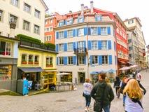 Zurich Schweiz - Maj 02, 2017: Centret av Zurich, Schweiz Folk på bakgrunden Arkivfoto