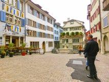 Zurich Schweiz - Maj 02, 2017: Centret av Zurich, Schweiz Folk på bakgrunden Royaltyfri Bild