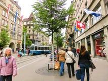 Zurich Schweiz - Maj 02, 2017: Centret av Zurich, Schweiz Folk på bakgrunden Fotografering för Bildbyråer