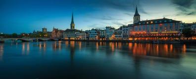 ZURICH SCHWEIZ - MAJ 22: Panoramautsikt av historiska Zurich Royaltyfri Fotografi