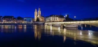 ZURICH SCHWEIZ - MAJ 22: Panoramautsikt av historiska Zurich Arkivbild
