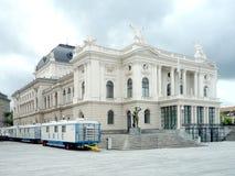 Zurich Schweiz, Maj 31 2017: sikt på den klassiska byggnaden av operahuset och en molnig himmel arkivfoto