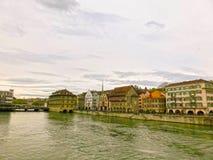 Zurich Schweiz - Maj 02, 2017: Sikten av Zurich och floden Limmat, Schweiz Royaltyfria Bilder