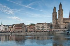 ZURICH SCHWEIZ - OKTOBER 28, 2015: Kyrka av Grossmunster och reflexionen i den Limmat floden, Zurich Royaltyfria Foton